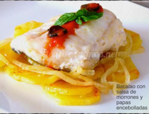 Bacalao con salsa de morrones y papas encebolladas