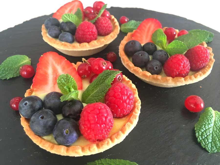 Tartaletas de frutos rojos y crema de pistacho