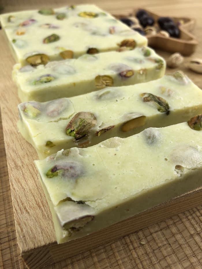Turrón de chocolate blanco y pistachos