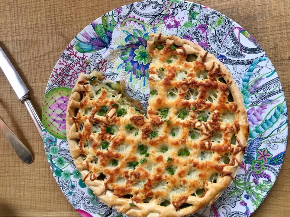 Tarta de zucchini y cebolla caramelizada